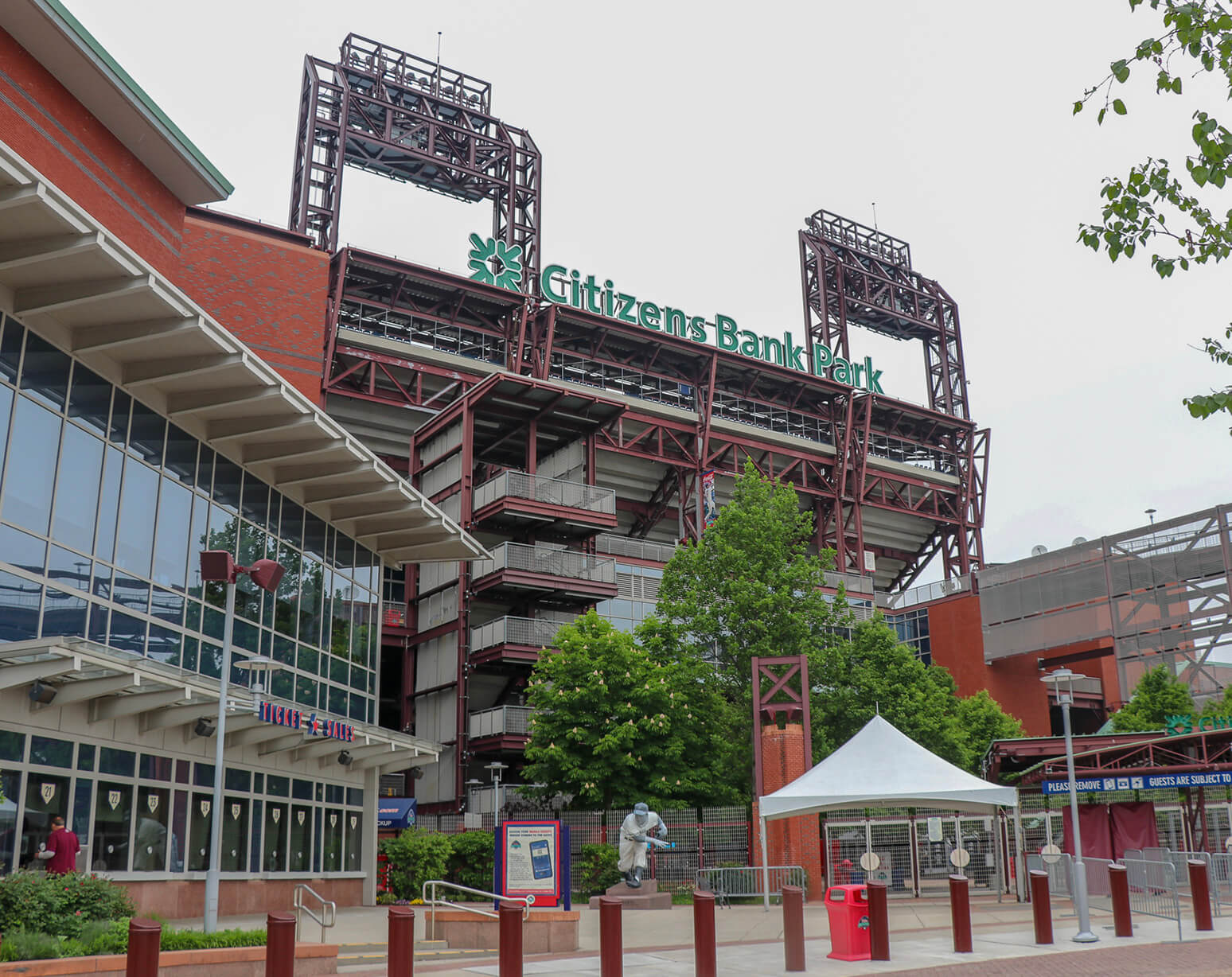 Where do the Philadelphia Eagles play baseball?