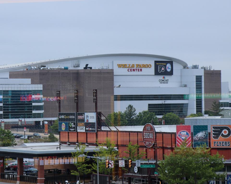 Where do the Philadelphia Flyers play hockey?