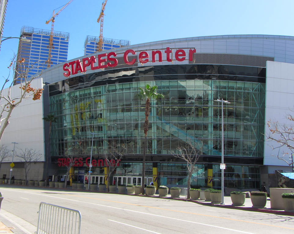 Where do the Los Angeles Lakers play basketball?