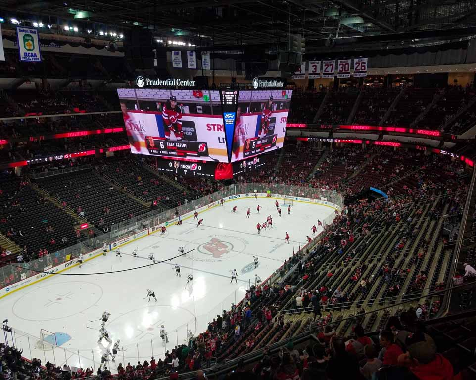 Where do the New Jersey Devils play hockeyl?